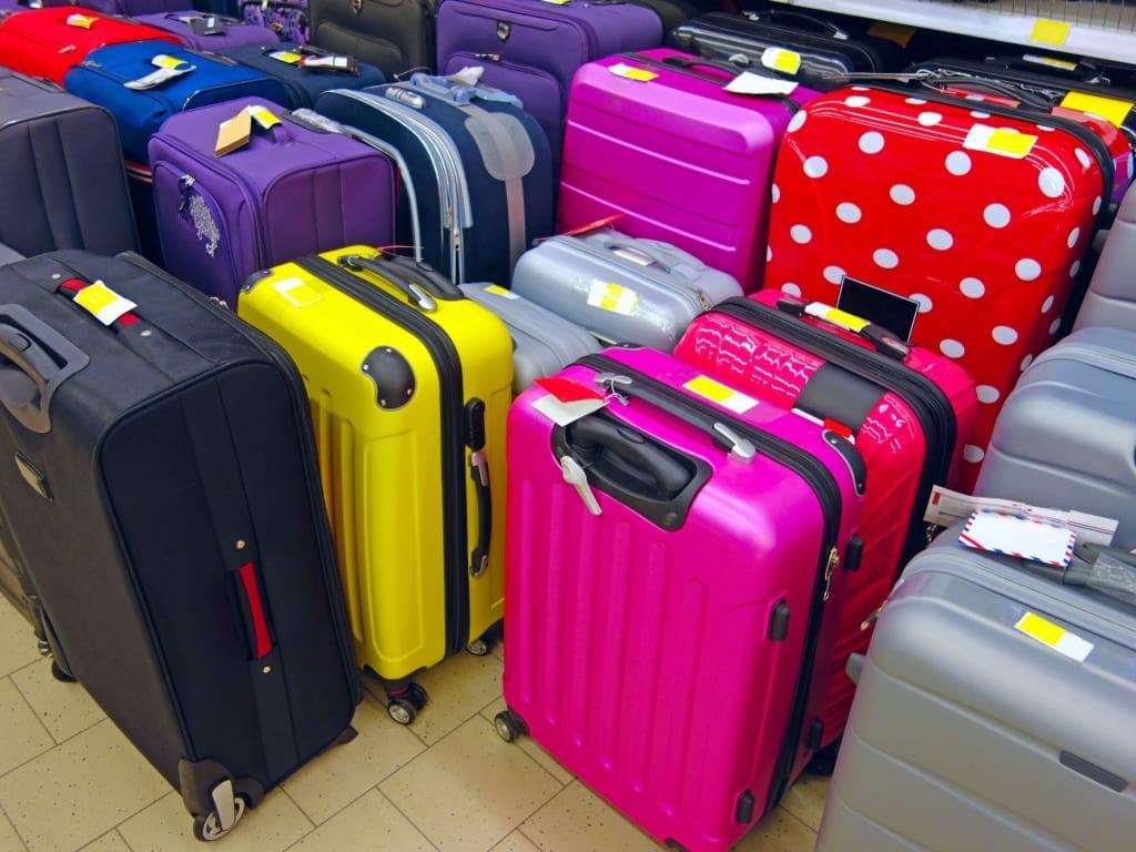 Viaggiare per le festività: cosa mettere nelle valigie personalizzate?